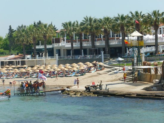 Club Tarhan Tatil Köyü: View to the beach and restaurants