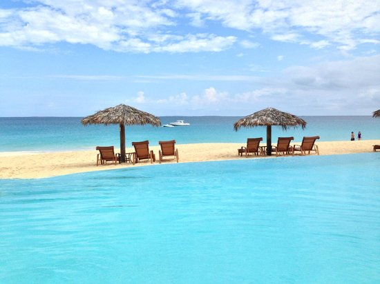 Frangipani Beach Resort: Pool overlooking beach