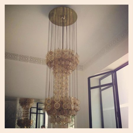 P'tit Habibi: Light in the living room area