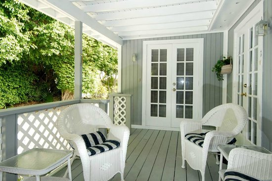 Seahorse Cottages: Cottages have private decks/porches