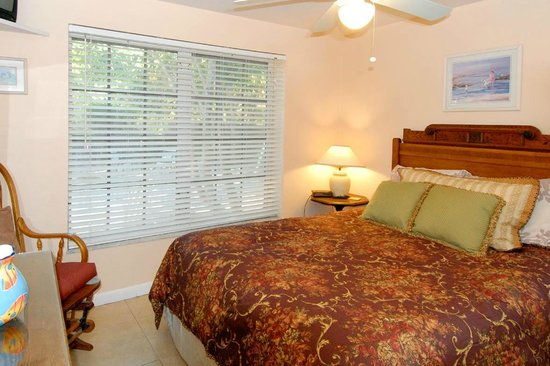 Seahorse Cottages: Cottages are furnished with antiques and have queen size beds