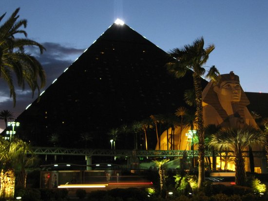 Luxor Las Vegas: Front of Hotel at Night