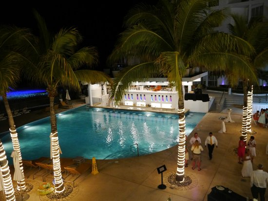 Playacar Palace: Swim up bar at night