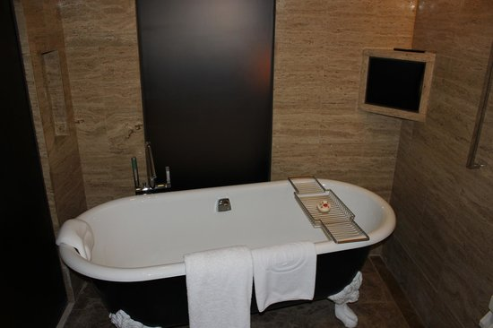 Hilton Beijing Wangfujing: Soaking tub in shower