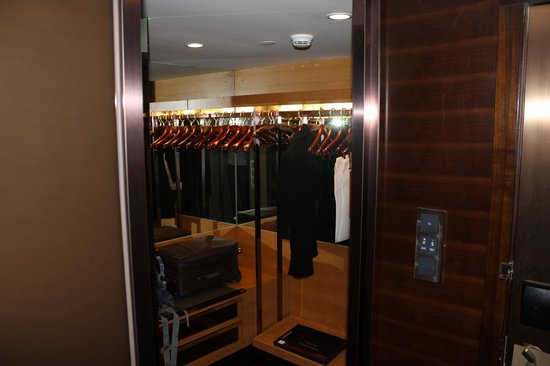 Hilton Beijing Wangfujing: Walk-in Dressing Room