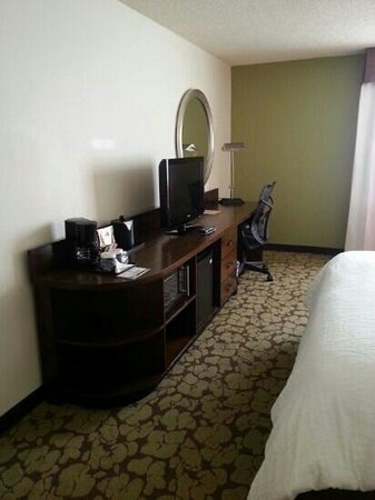 Hilton Garden Inn Los Angeles/Hollywood: Neat tv console and dressing table. Condiments refilled daily.
