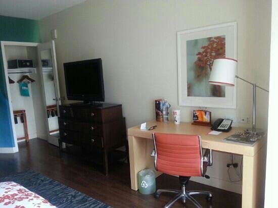 Hotel Indigo San Diego Gaslamp Quarter: tv console and work desk