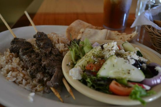Morehead City, Carolina del Norte: Dlecious Grek Salad with Beef Kabob over cinnamon flavored rice