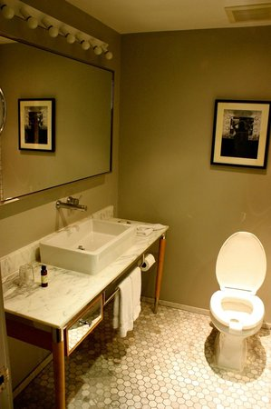 Hollywood Roosevelt Hotel - A Thompson Hotel: Good sized bathroom