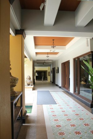 Holiday Inn Resort Phuket: path way to the lifts