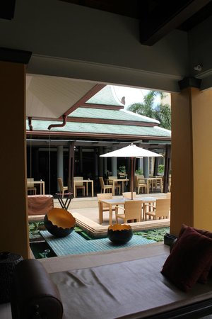 Holiday Inn Resort Phuket: rest area beside the pool