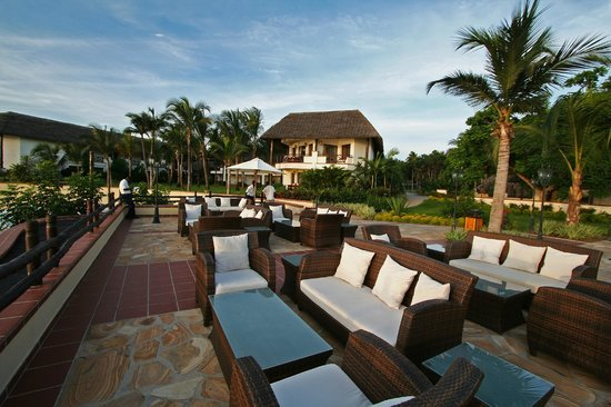 Sea Cliff Resort & Spa: Outdoor lounge area by pool