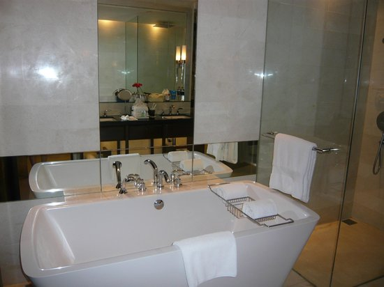 The St. Regis Bangkok: Bath is modern enough and very clean