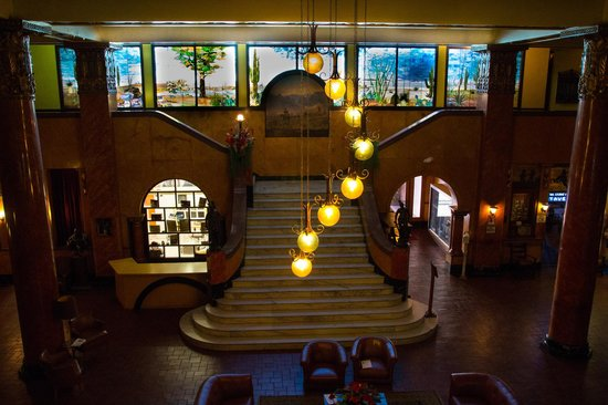 Douglas, AZ: Hotel lobby from the second floor