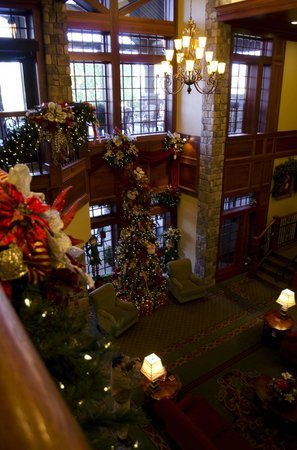 The Inn at Christmas Place: Lobby looking to lower level where santa visits at night