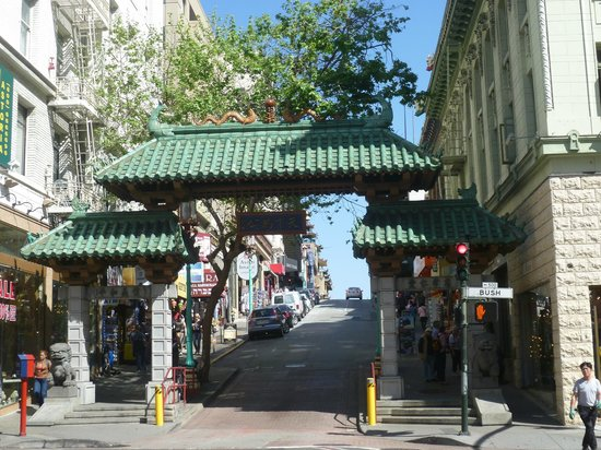 Orchard Garden Hotel: Next to the Chinatown gate
