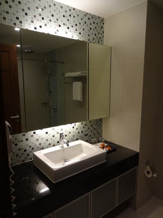 Adelphi Suites Bangkok: The bathroom