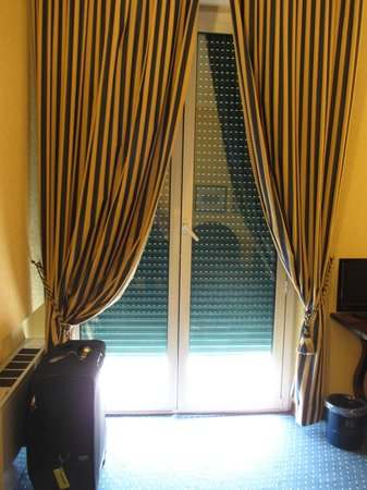 Hotel Firenze e Continentale: Beautiful drapes and external window shutters
