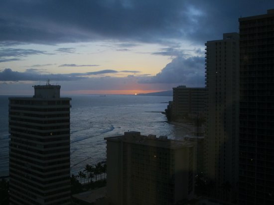 Waikiki Beach Marriott Resort &amp; Spa: Sunset from window near lift