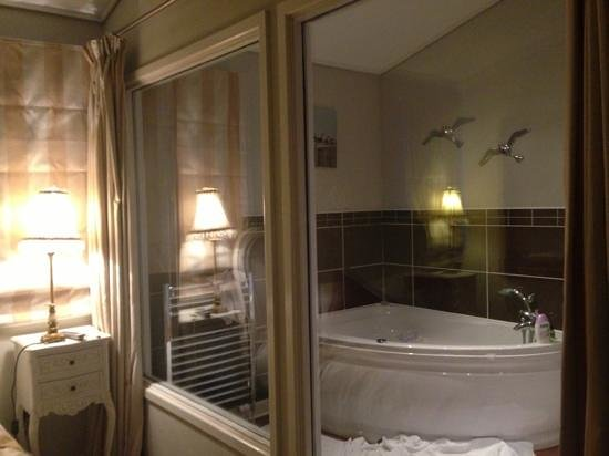 Kingham, UK: jacuzzi bath..x