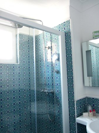 Hotel La Bougainville: Double-sized beautifully tiled shower
