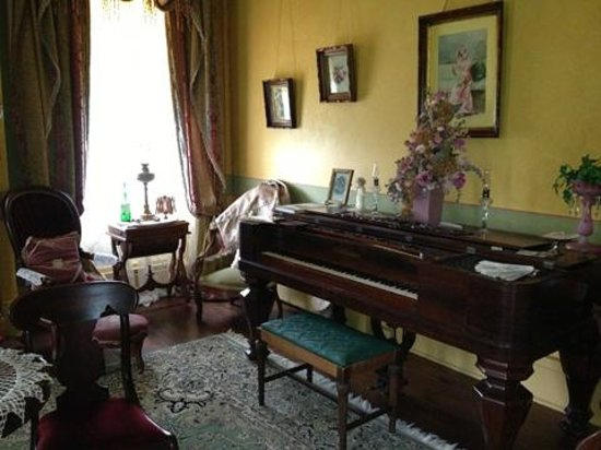 Hidden Valley Bed and Breakfast: more antiques