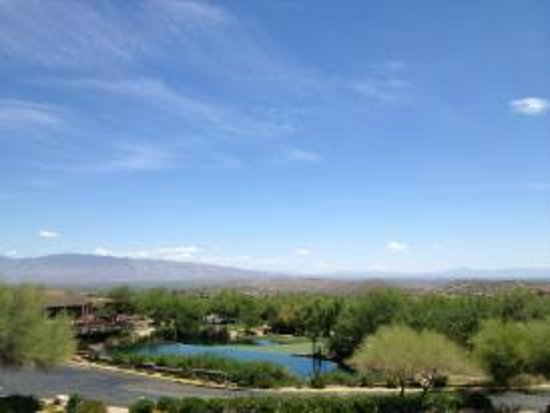Loews Ventana Canyon Resort: View of the moutains, infinity pond and golf green from our room balcony