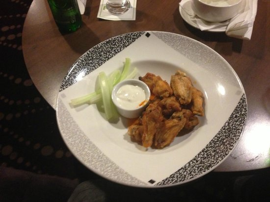 Castleknock, Irlanda: Chicken wings I had as a snack the first night.