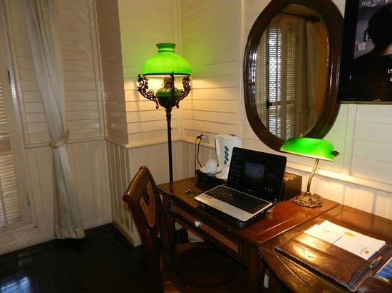 Buddy Lodge Hotel: Desk area