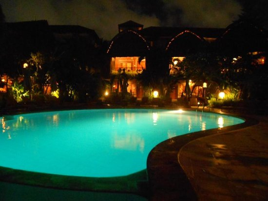 Ramayana Resort &amp; Spa: Night time pool side