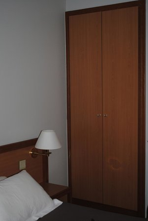 Hotel Beaugency: closet - also dirty on inside