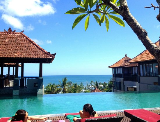Mercure Kuta Bali: Pool overlooking the beach