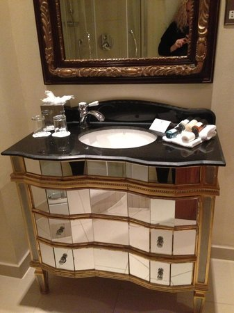 Ashburn Hotel: Stylish bathroom