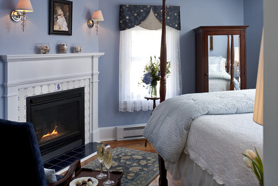 Kennebunkport, ME: Remodeled Camden guest room.  Queen bed with luxury linens, fireplace and air conditioning.  Pea
