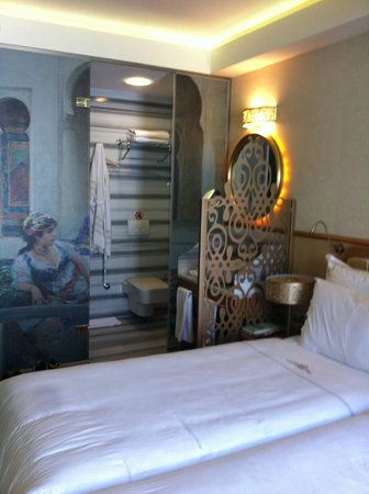 Hotel Sultania: Paintings on the bathroom glass &amp; comfy beds