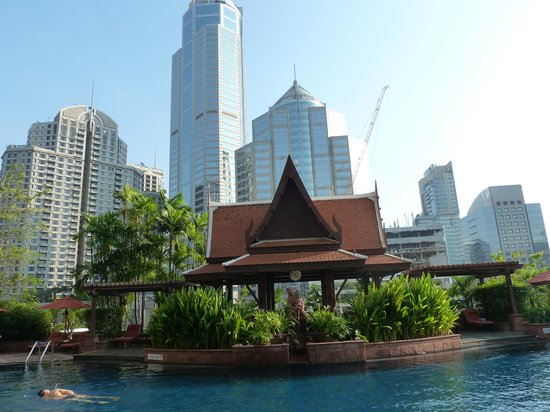 Le Meridien Bangkok: architettura a confonto - piscina