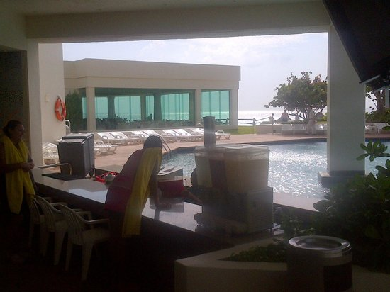 Park Royal Cancun : Pool bar - Italian restaurant in the background - Gulf 