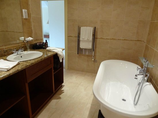 Cromleach Lodge Country House Hotel: Lovely bathroom