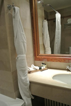 InterContinental de la Ville: Beautiful bathroom with heated mirror so it will not steam up during a shower