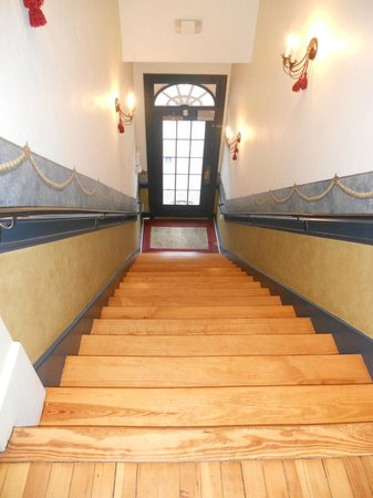 Fife & Drum Inn: Stairs to Inn