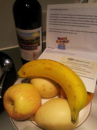 Cosmo Hotel Mongkok: Received a bottle of wine and fruit platter for my birthday :)