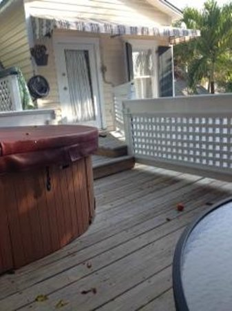 Andrews Inn and Garden Cottages: View of the private deck that includes a 2 person tub, and an outside shower