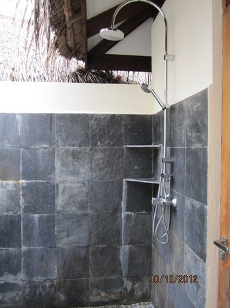 Kuramathi Island Resort: Our outside shower
