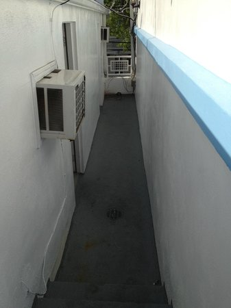 Pegasus International Hotel: Alleyway