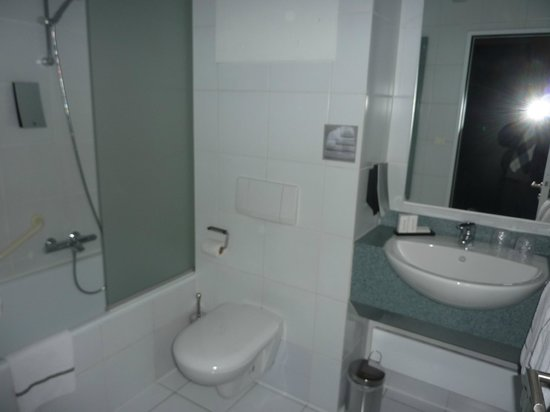 BEST WESTERN Hotel Docklands: The compact bathroom included a full-sized bath tub