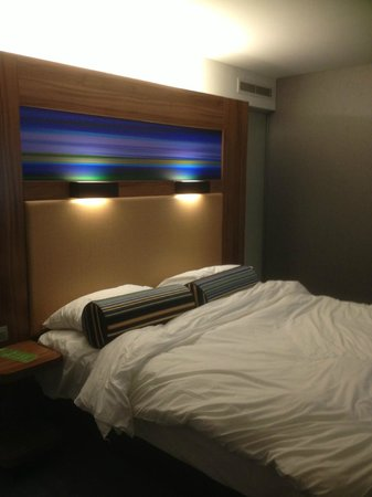 Aloft Brussels Schuman Hotel: Comfortable bed (it was neat I messed it up!)