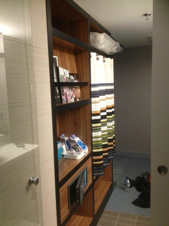 Aloft Brussels Schuman Hotel: wardrobe