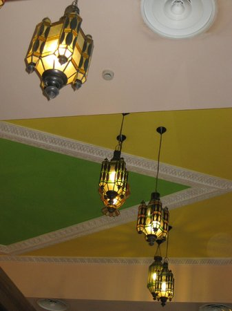 Sandos Papagayo Beach Resort : Colourful ceiling in Oriental Restaurant - like iced cake!