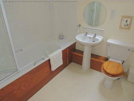 Newtonmore, UK: Fully equipped Bathroom with shower