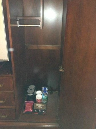 Marriott St. Louis Airport: Condiments sat in base of cabinet